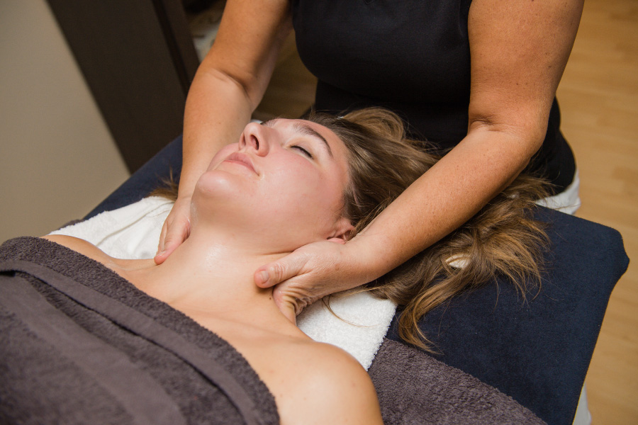 amaranth-behandelingenDrukpuntmassage-van-hoofd-en-gelaat